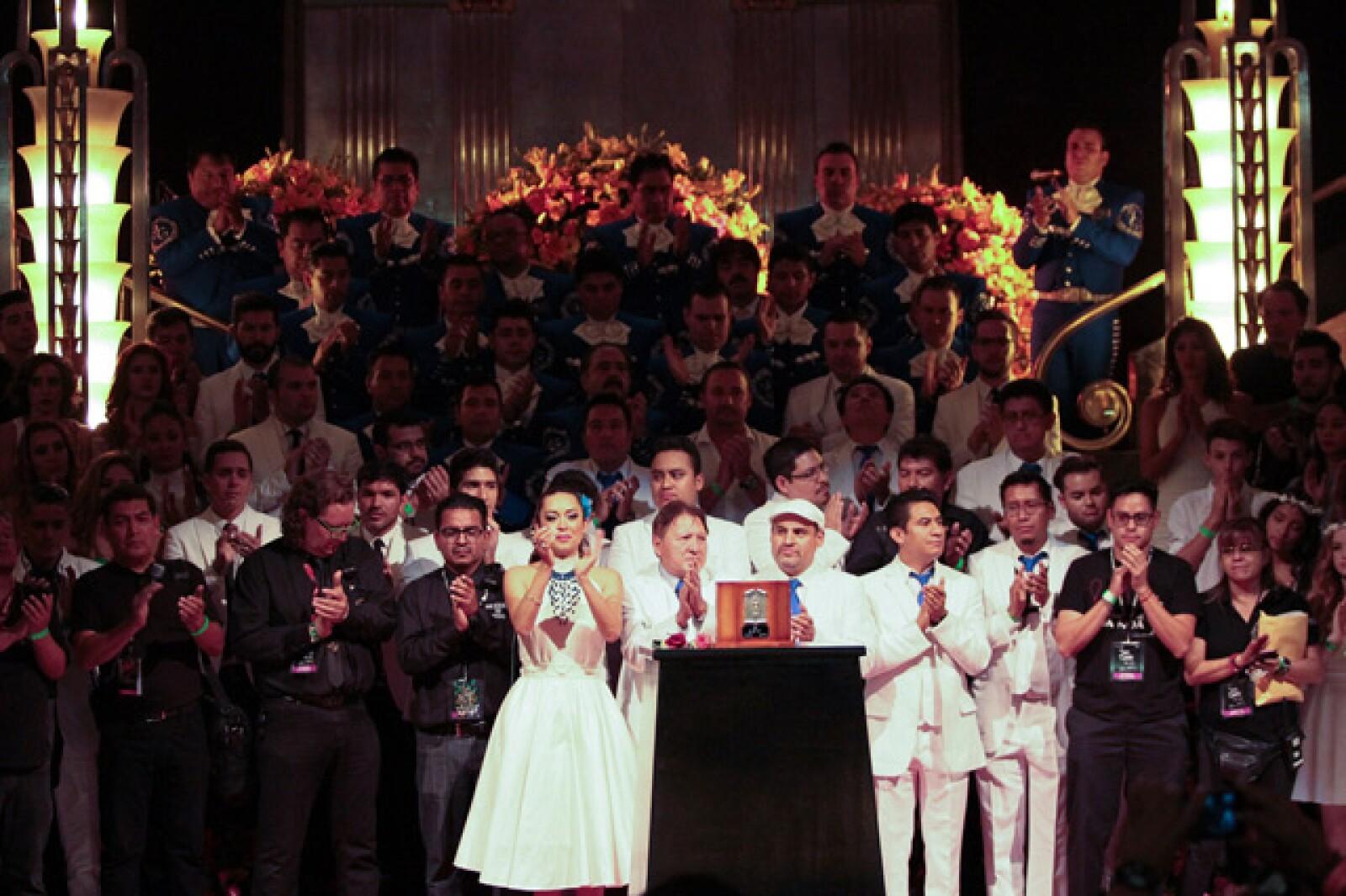 Diversas personalidades montan guardia de honor ante las cenizas del cantautor Juan Gabriel, en el Palacio de Bellas Artes.