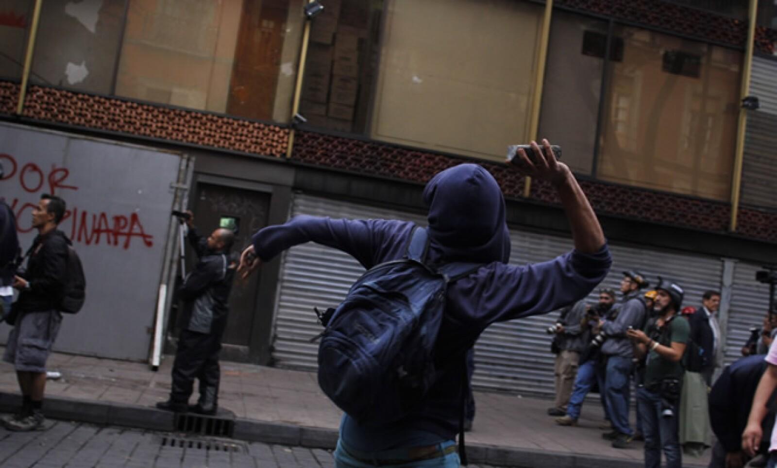 Hasta el momento no se han presentado enfrentamientos con policías,aunque algunos de los individuos realizaron pintas en bardas y algunos destrozos.