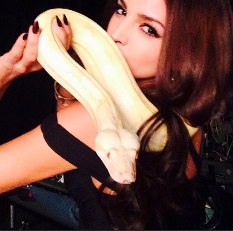 La mexicana reunida junto a la serpiente con la que baila en la primera temporada de From Dusk Till Dawn.
