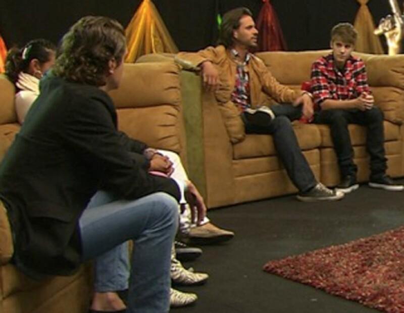 El ídolo juvenil apareció ante las cámaras del reality musical durante apenas unos segundos para dar algunos consejos a los participantes.