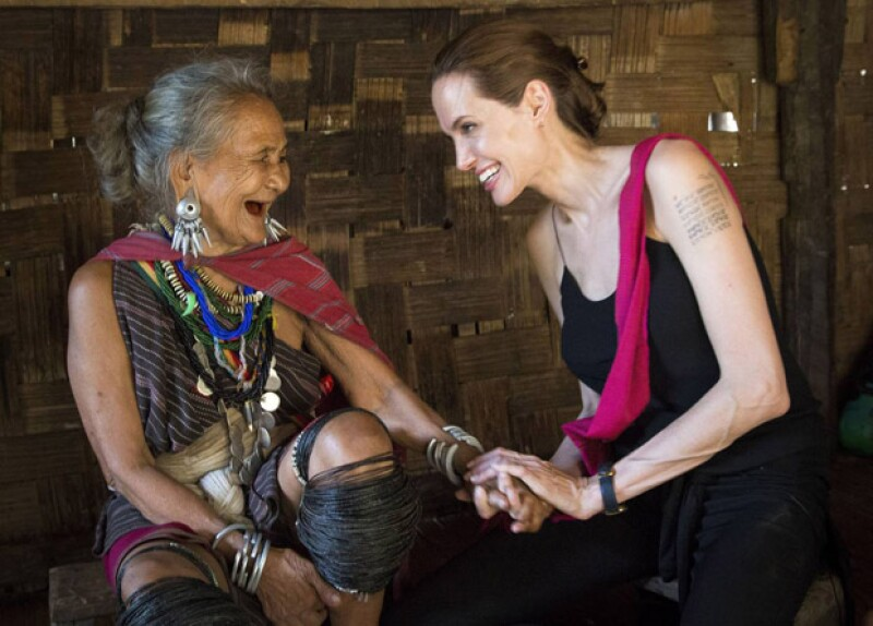 La actriz con una matriarca en uno de sus viajes a Birmania.