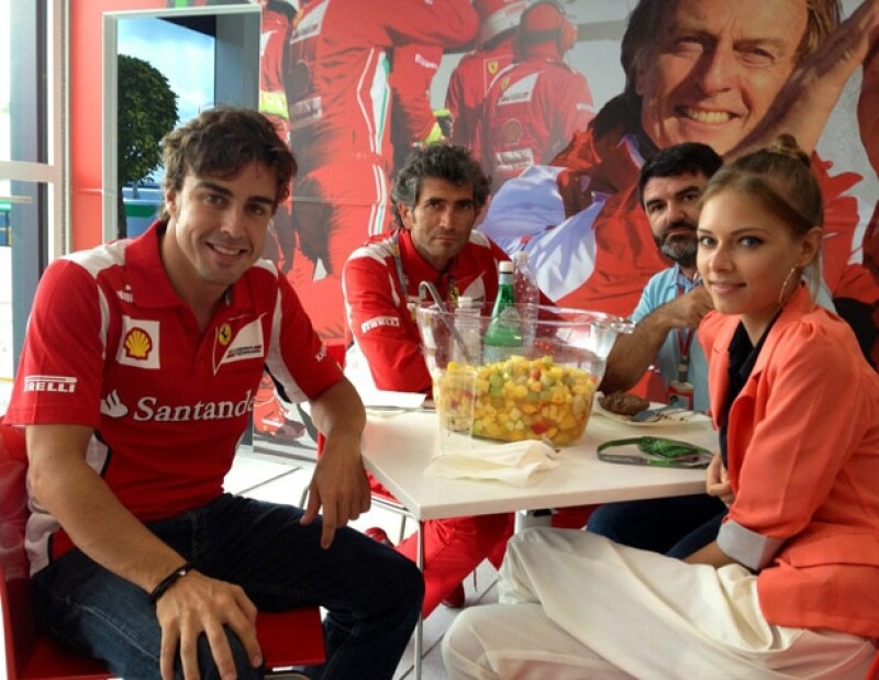 El piloto de Fórmula 1 y la modelo rusa de 22 años, han sido vistos caminando por Alemania y además, el español ha subido fotos con ella en Twitter.