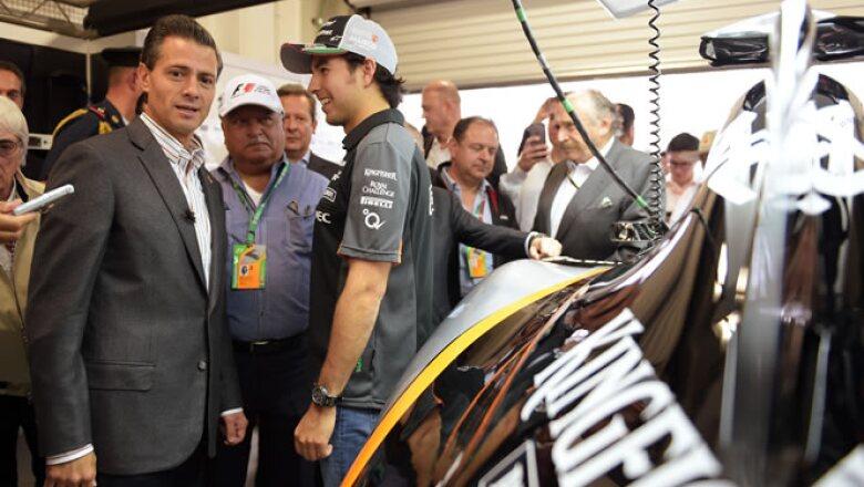 """Peña Nieto saludó a Sergio """"Checo"""" Pérez, el piloto mexicano de Force India."""