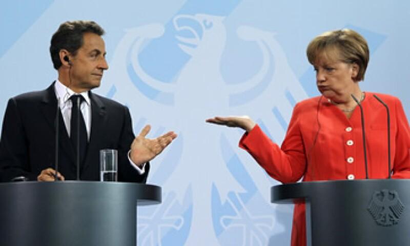 Se espera que Nicolas Sarkozy (i) Angela Merkel (d) discutan en Berlín cómo manejar a Grecia, evitar un contagio y fortalecer a los bancos. (Foto: Reuters)