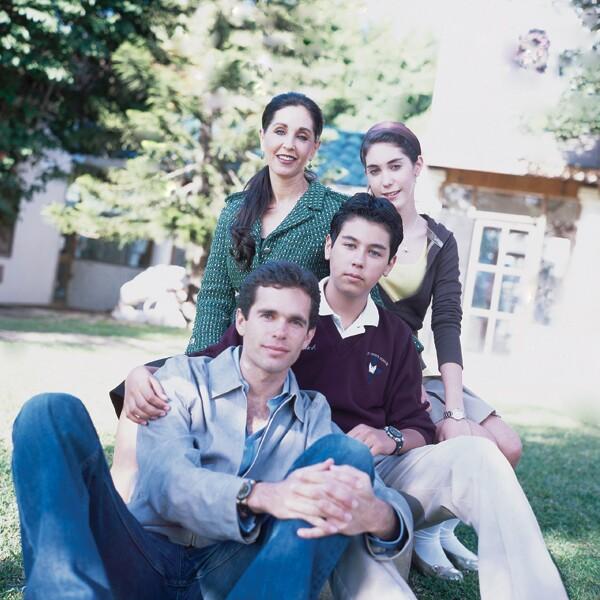 María Elvia Amaya, Ana Guadalupe, Alejandro y Carlos Andrés Hank en la casa de Agua Caliente en Tijuana.