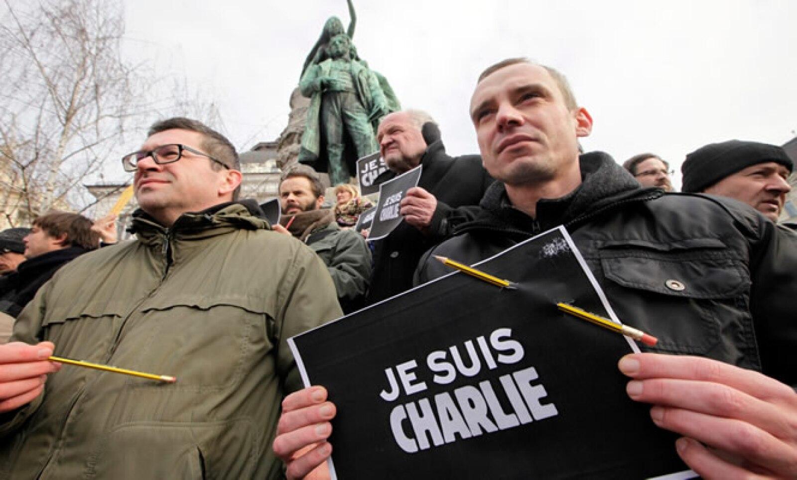 Periodistas marcharon con bolígrafos en las manos.