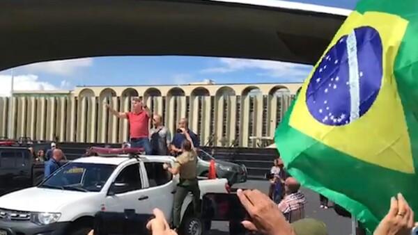 Jair Bolsonaro anima a manifestantes que piden intervención militar en BrasilJair Bolsonaro anima a manifestantes que piden intervención militar en Brasil