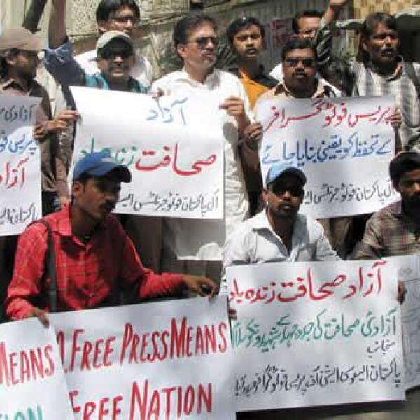 En Pakistán, periodistas protestan y gritan consignas para recordar a quienes han sido encarcelados o asesinados cumpliendo su deber
