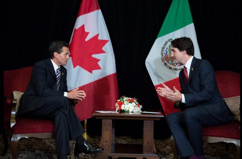 Ambos participan en la cumbre del Foro de Cooperación Económica Asia-Pacífico, al lado de otros presidentes.