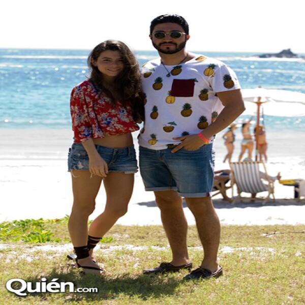 En la playa de Careyes Karina Torres eligió un crop top con colorido y estampado floral.