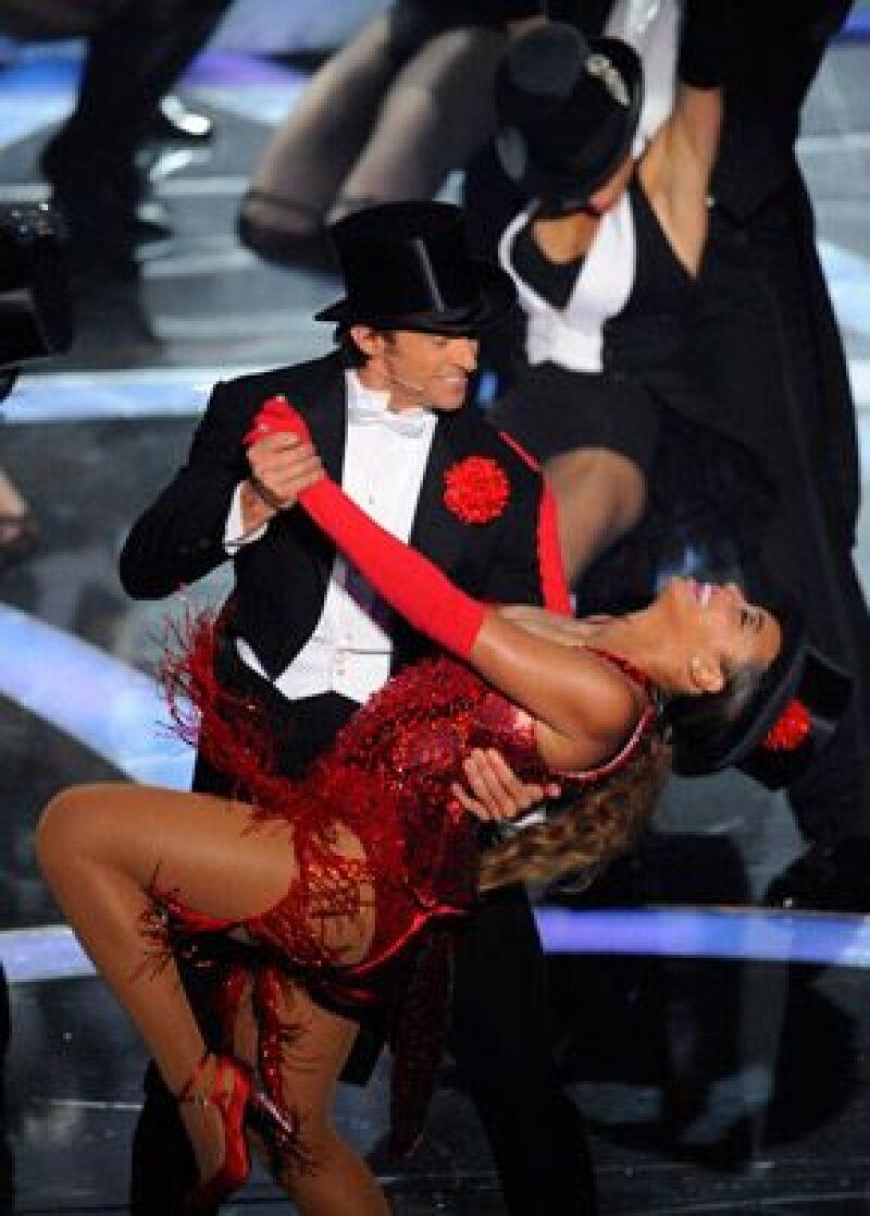 Mientras bailaba con Hugh Jackman, uno de los pechos de la cantante pechos salió por unos instantes de su escotado vestido.