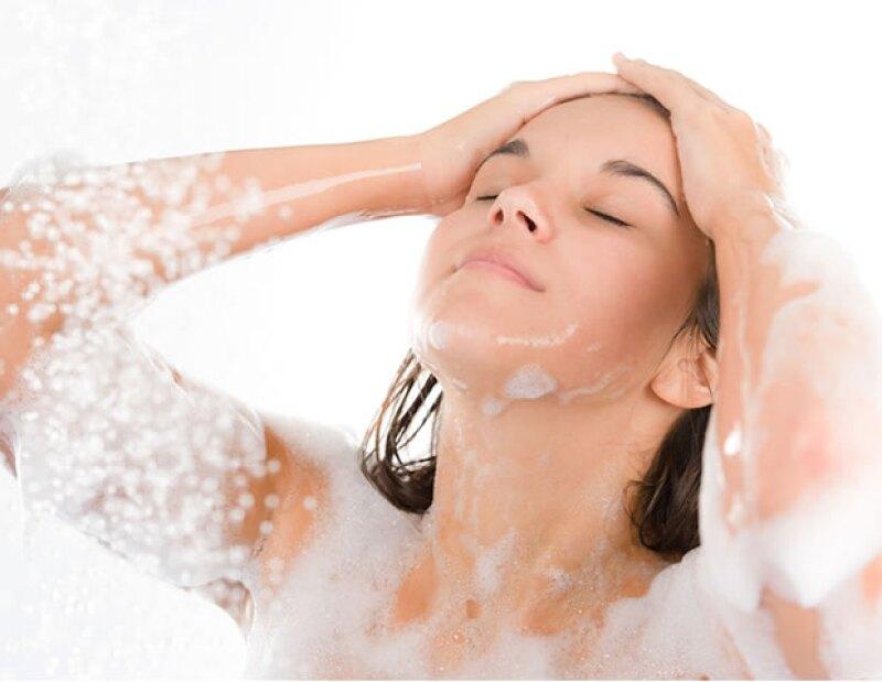 Enjuaga con agua fría tu pelo después de lavarlo para crear un efecto donde la luz se refleje y luzca aún más brilloso.