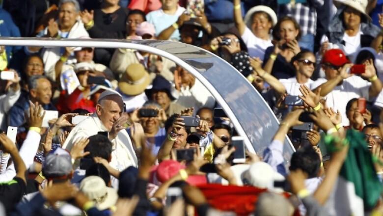 Al acercarse el papamóvil a la Basílica los feligreses gritaban emocionados al pontífice.