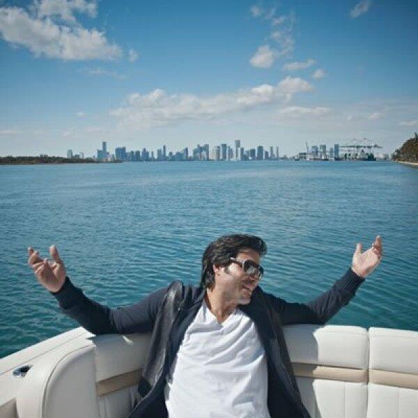 En el yate escuchó su nuevo disco No hay imposibles, con el productor Javier Díaz.