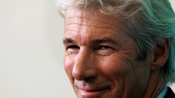 RICHARD GERE. Es normal tener canas a los 62 años, pero él se las dejó desde hace décadas pues sabe que en él lucen sexys, de hecho dicen que son parte de su encanto.