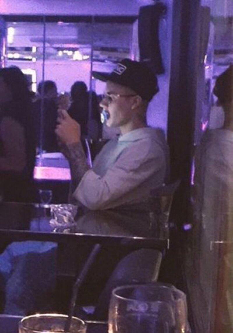 Varios fanáticos han captado a Justin con su chupón en diferentes en los útimos días.
