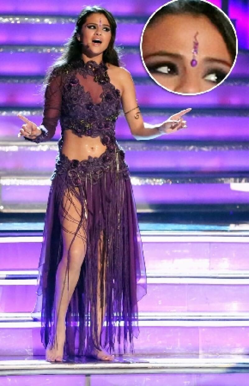 La piedra en la frente que usó Selena Gomez en los MTV Movie Awards fue un insulto para la comunidad que exige una disculpa.