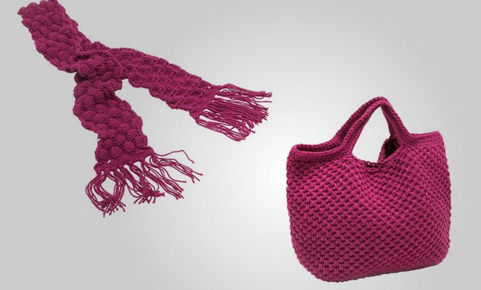 Los accesorios no pueden faltar dentro tu guardarropa: esta bolsa y chamarra en color rosa mexicano seguro atraerán miradas.