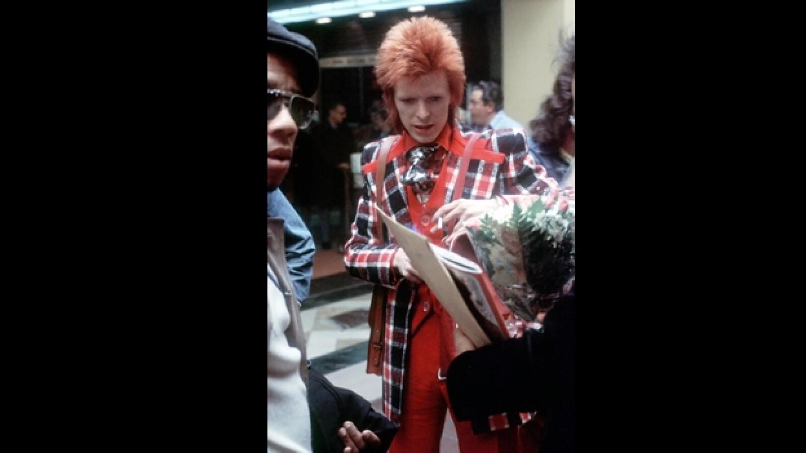 bowie firma un autografo con la mano izquierda en 1973