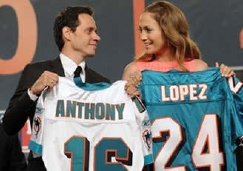 Marc Anthony y Jennifer López presumieron sus playeras del equipo de futbol americano. (Foto: AP)