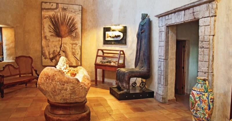 LOBBY DE EXPOSICIÓN. Al frente un cuarzo de un millón de años encontrado en China, alondo una palma de 100 millones de años y a la dereha una escultura de Alejandro Colunga.