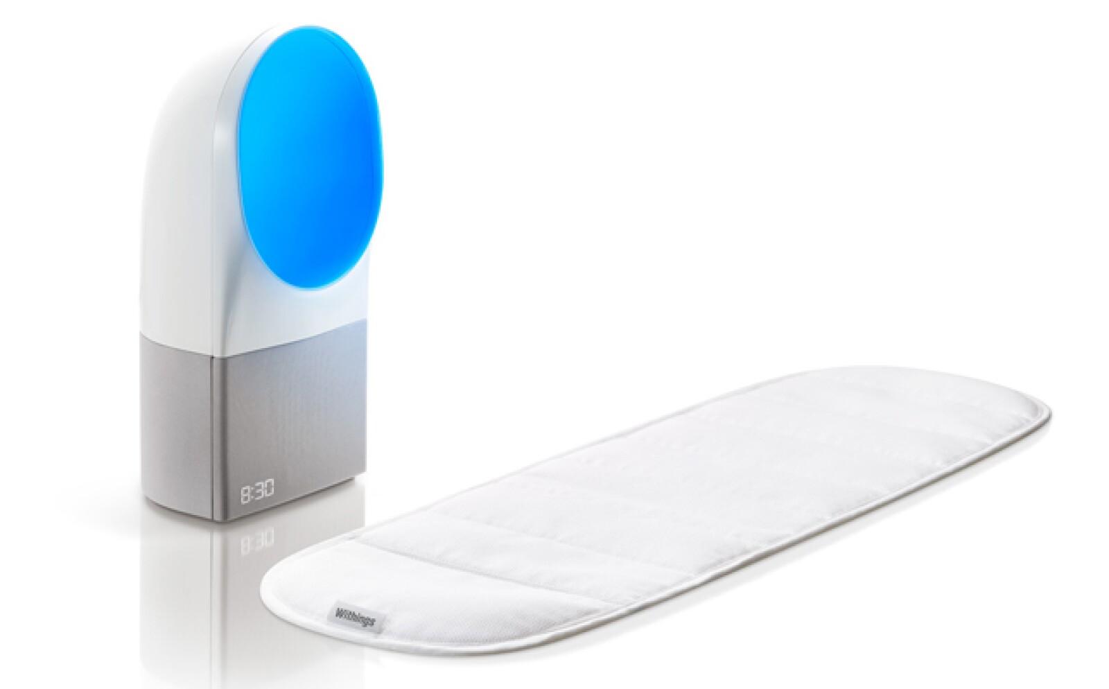 El  equipo Withings Aura mide el ruido, la temperatura y el nivel de luz durante la noche, además de tus movimientos y ritmos respiratorios, con la finalidad de mejorar tus ciclos de sueño.