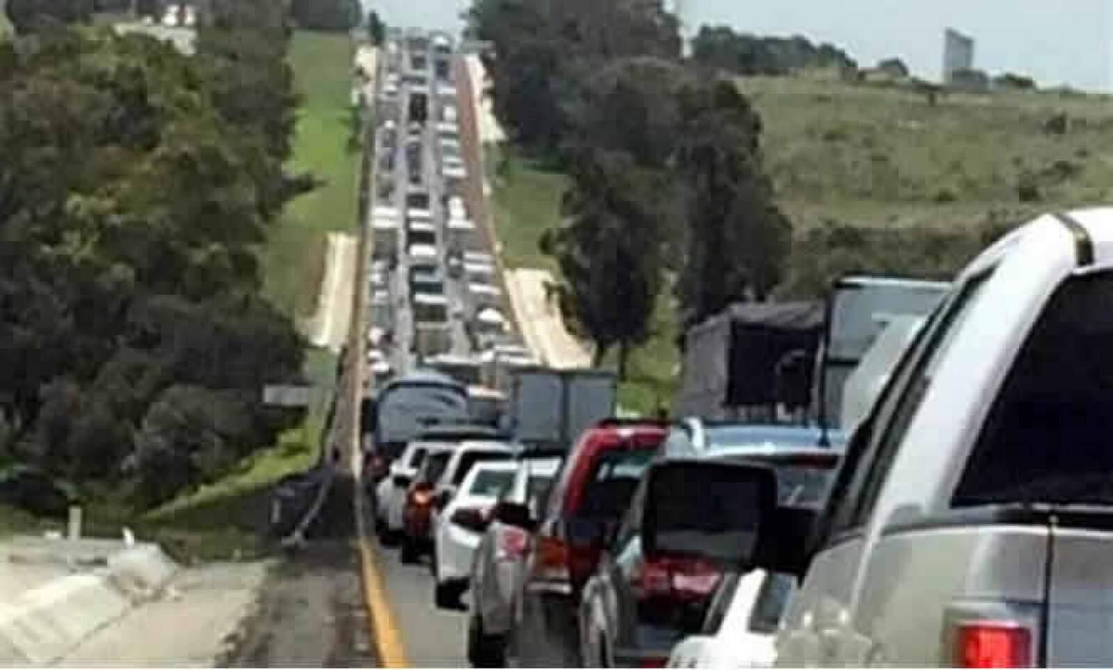En la carretera México-Querétaro se registran filas de hasta 3 kilómetros, reportó en Twitter el usuario @rojashector.
