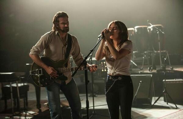 Lady Gaga y Bradley Cooper lucen muy enamorados en A Star Is Born