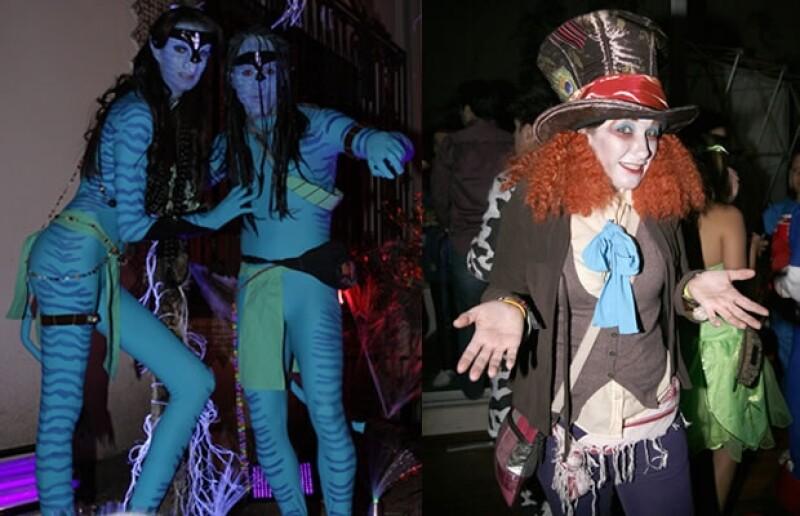 Dos de los disfraces más usados en 2010. Toño de la Vega disfrazado de Avatar y Alessandra Stenger del Sombrerero Loco.