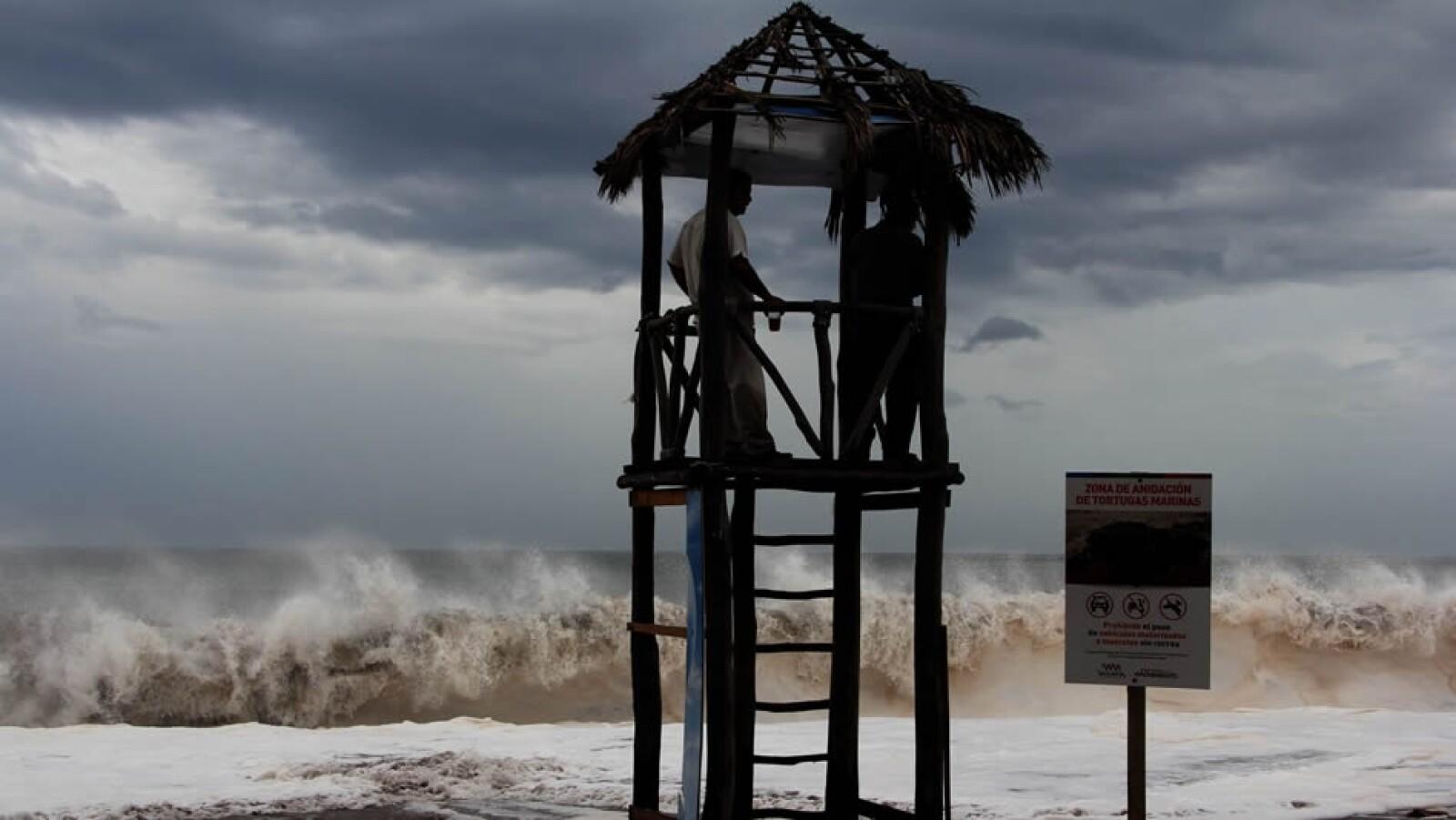 México declaró en alerta máxima la península de Baja California debido al paso del huracán 'Odile'
