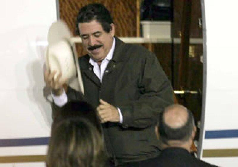 Zelaya arribó al DF en un avión privado tipo Learjet con matrícula venezolana Yv1496 procedente de Managua. (Foto: Notimex)