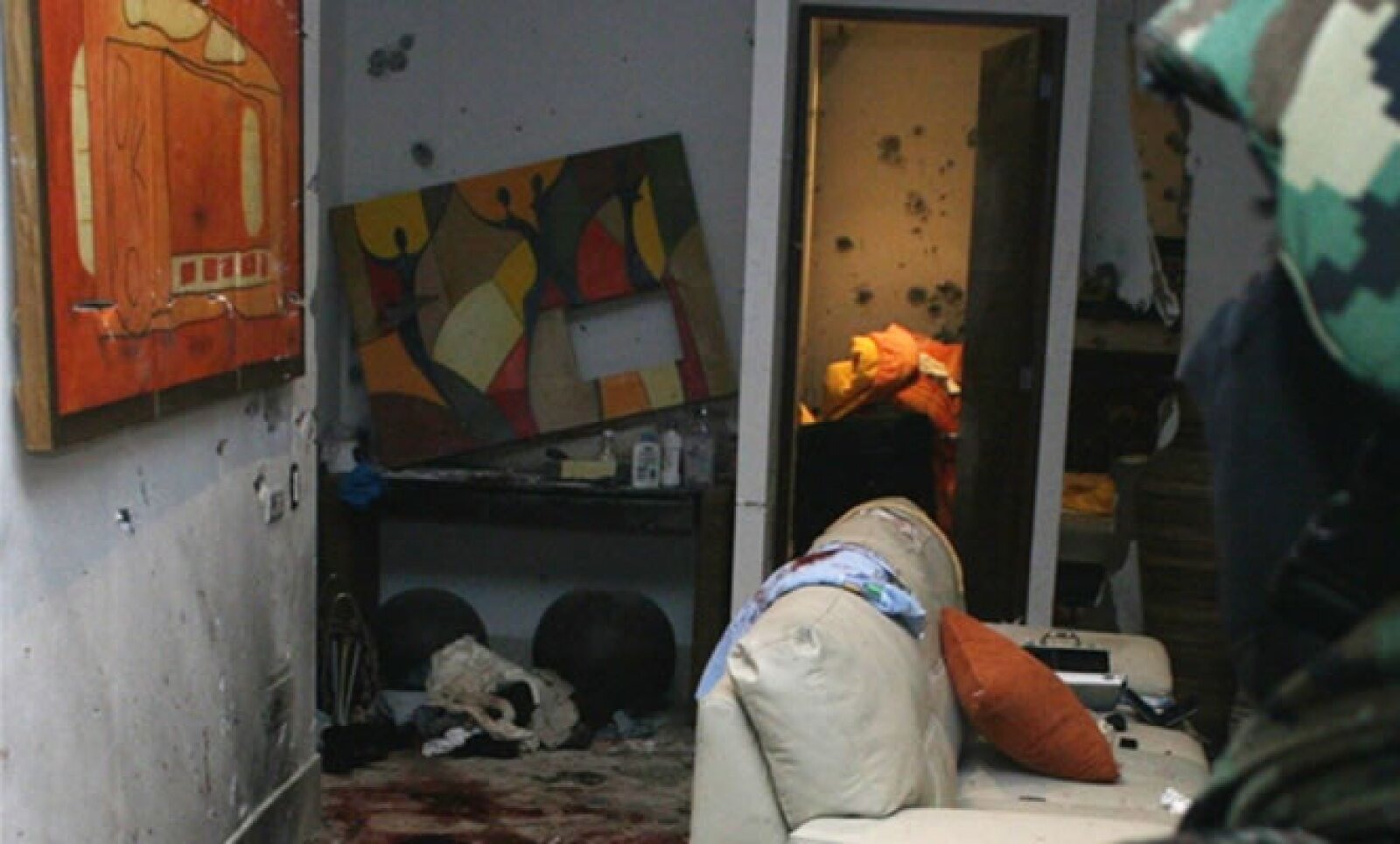 Un soldado observa la habitación dónde fue capturado el narcotraficante Beltrán Leyva; quien fuera considerado el Jefe de Jefes, falleció en el lugar tras un enfrentamiento con elementos de la Marina y el Ejército.