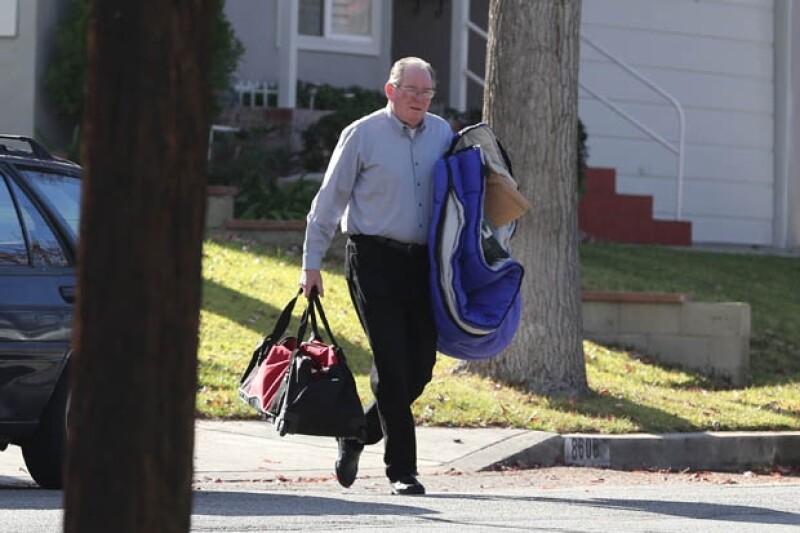 El padre de Paul, Paul William Walker III, trasladando algunas de las pertenencias de su hijo.