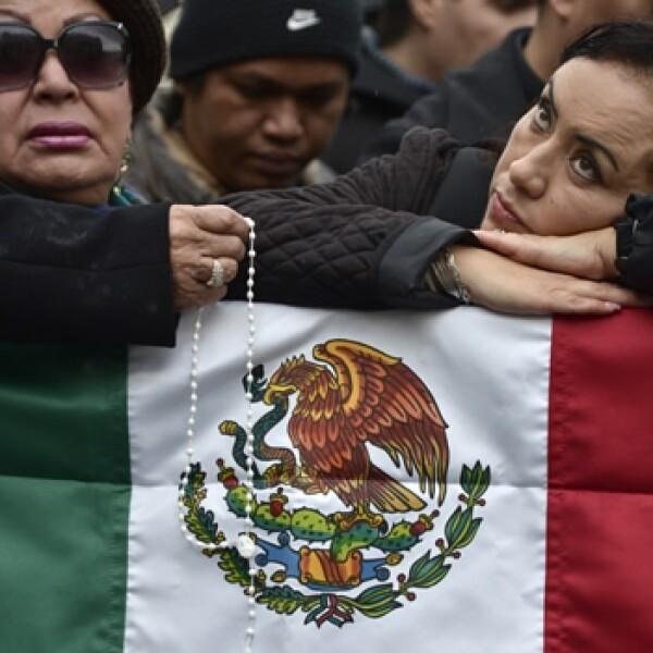 Mexicanas esperan el humo de la chimenea