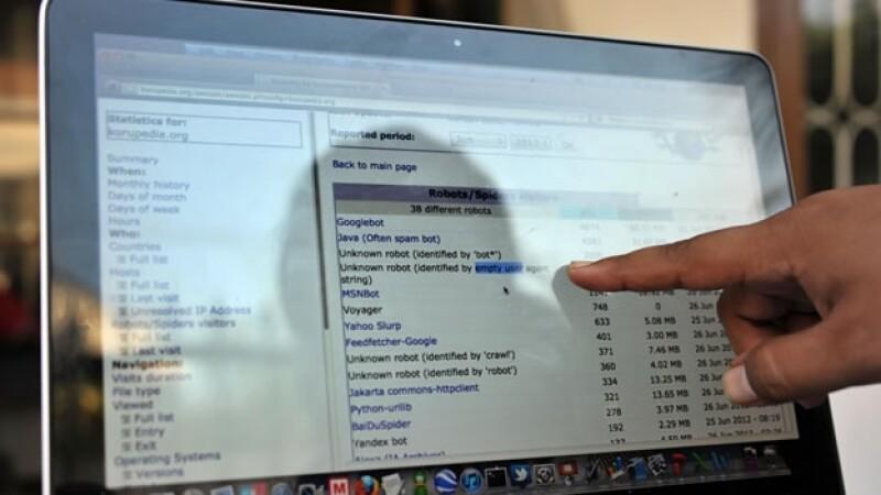 un hombre señala una pantalla