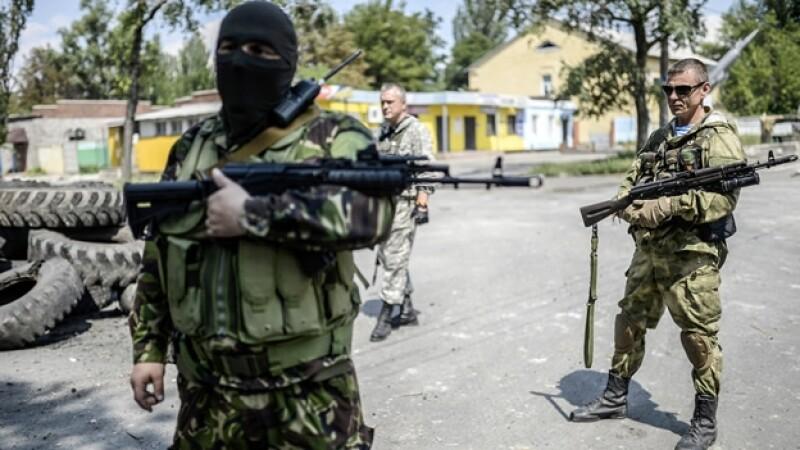 Elementos rebeldes prorrusos vigilan las calles de Donetsk