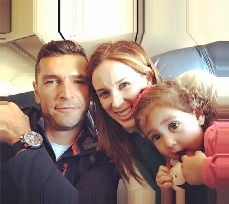 Martín publicó esta foto con esposa y su primera hija.