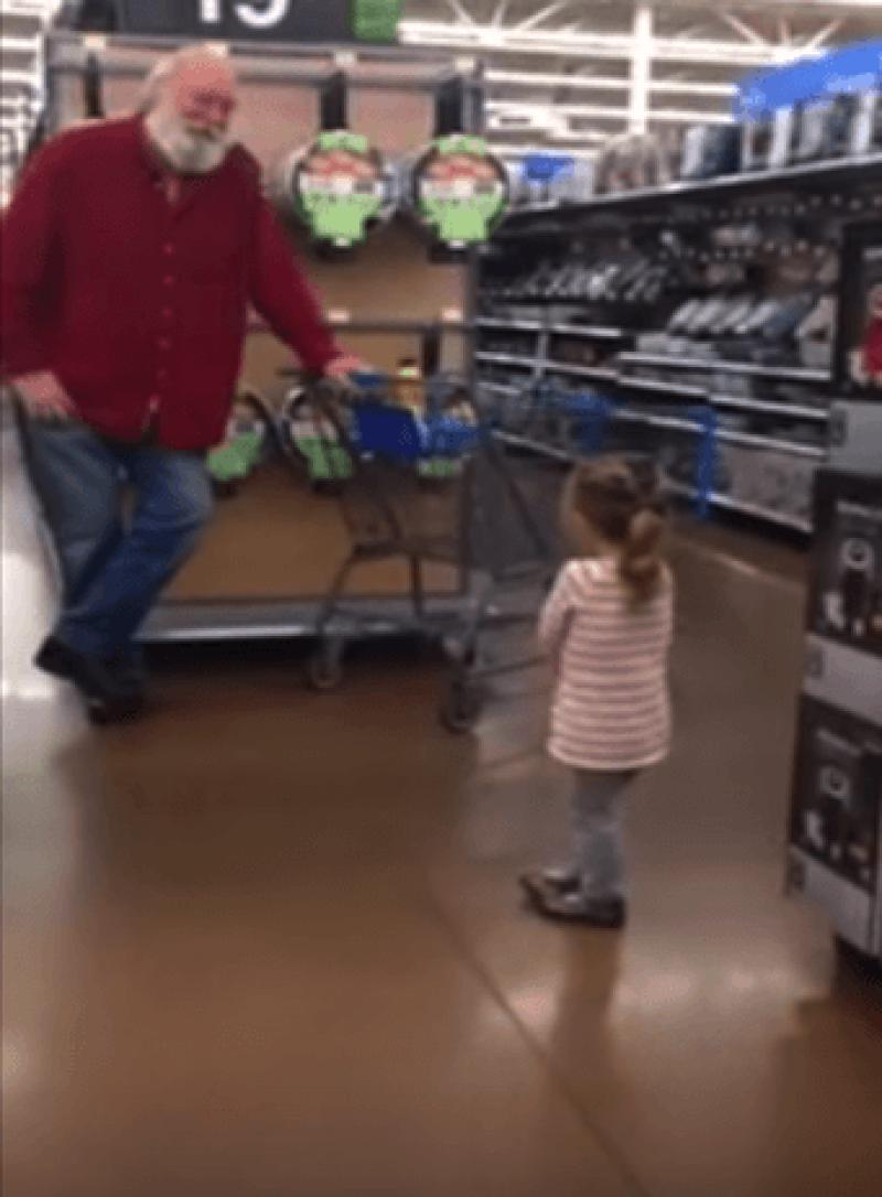 Una tierna niña encontró a &#39Santa&#39 en un supermercado y el señor respondió de una manera increíble que quedó grabada en video.