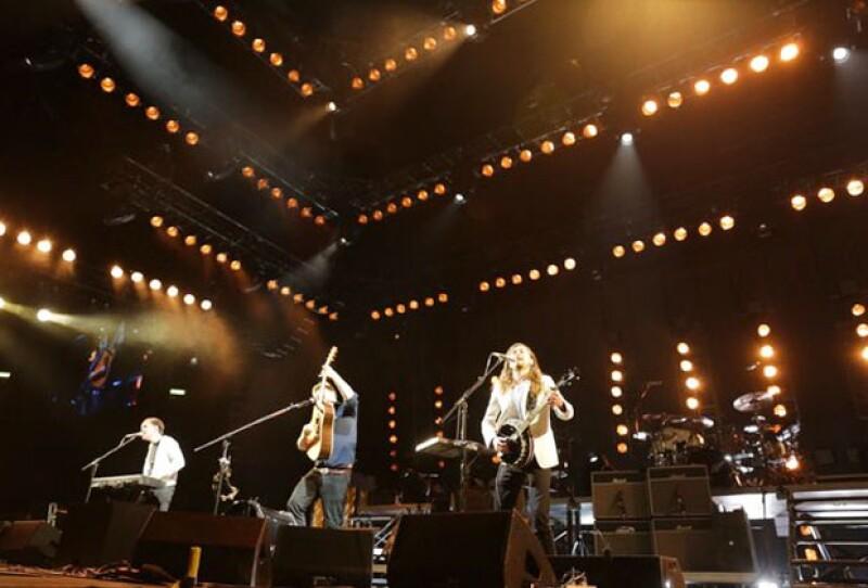 """La banda estadounidense hizo retumbar el Palacio de los Deportes con guitarras y banjos al ritmo de """"The Cave"""", """"I Will Wait"""" y """"The Wolf""""."""