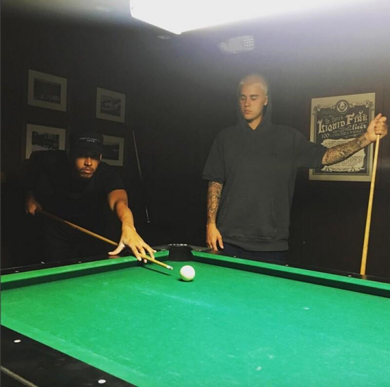 Justin mostró que estuvo jugando billar con el piloto inglés Lewis Hamilton.