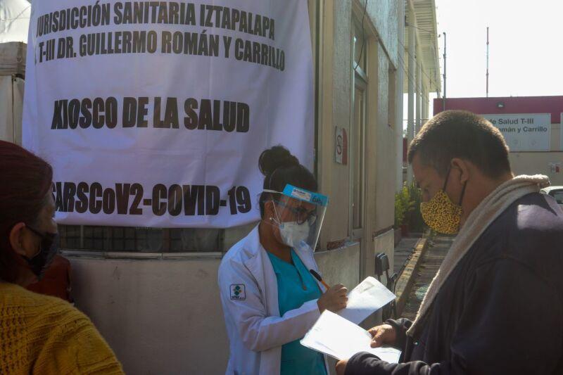 """Personal médico atendió a personas con síntomas de Covid-19 previo a realizarse las pruebas en el Centro de Salud TIIII """"Dr Guillermo Román y Carrillo"""""""