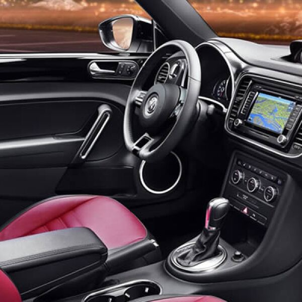 Su equipamiento es vasto: pantalla táctil con GPS, bluetooth, clima en cada uno de los asientos, cinco bocinas y disco duro para música, entre otras características.