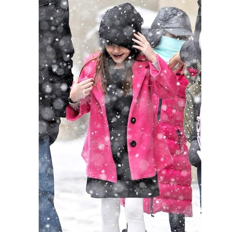 Con un look súper invernal, Suri estaba preparada para jugar con bajo la nieve.
