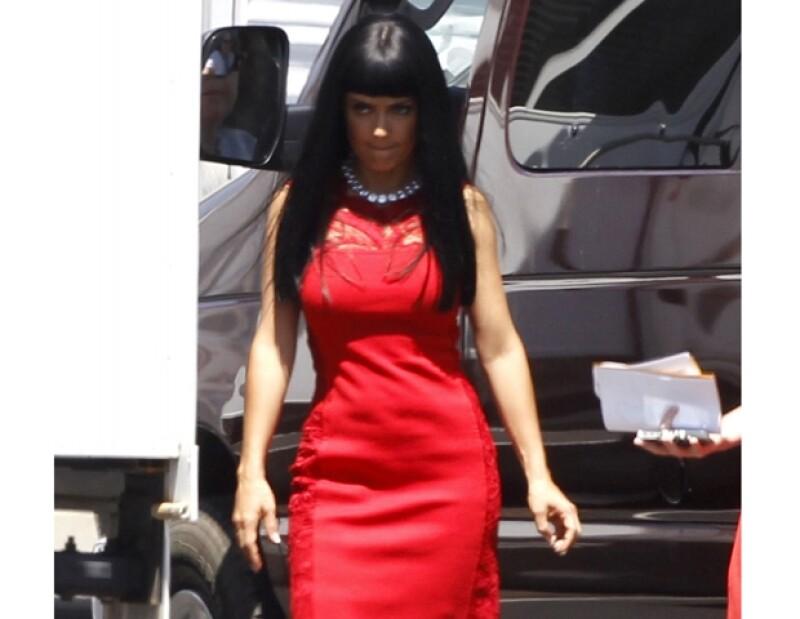 Salma Hayek realza su figura con este vestido que es parte de los outfits de su personaje.