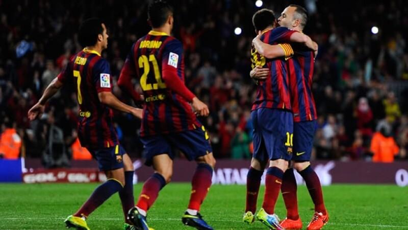 Andrés Iniesta abraza a Lionel Messi y celebra con sus compañeros de Barcelona luego de la remontada ante Athletic este domingo