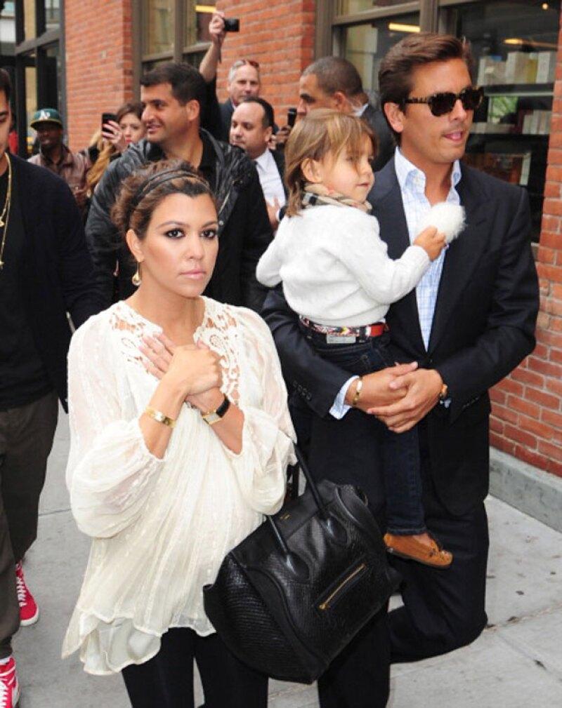 Kourtney y Scott paseando con su primogénito Mason en Nueva York. Ellos además tienen a Penelope y a Reign.