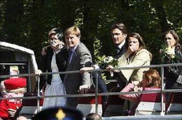 La princesa Máxima y el príncipe Guillermo observan impresionados el suceso.