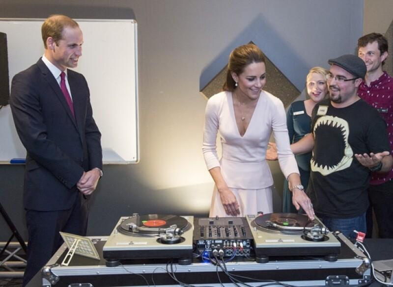 """La pareja visitó un estudio de música y un skatepark en """"Elizabeth"""", provincia que lleva el nombre de la Reina Isabel II. Disfrutaron del hip hop rodeados de jóvenes y probaron suerte en la tornamesa."""