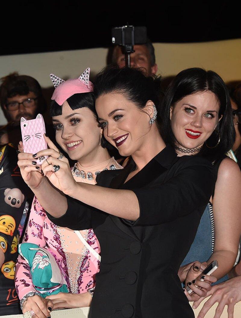 """Katy se tomó una selfie con su """"hermana gemela""""."""