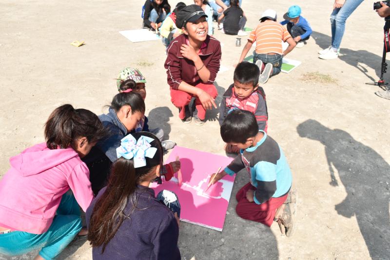 Niños de la comunidad creando
